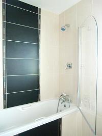 Badezimmer im Erdgeschoss mit Badewanne und Dusche